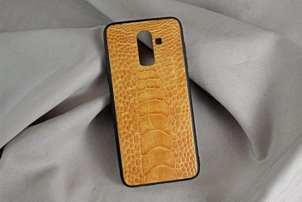 Ốp lưng da đà điểu Samsung J8 vàng